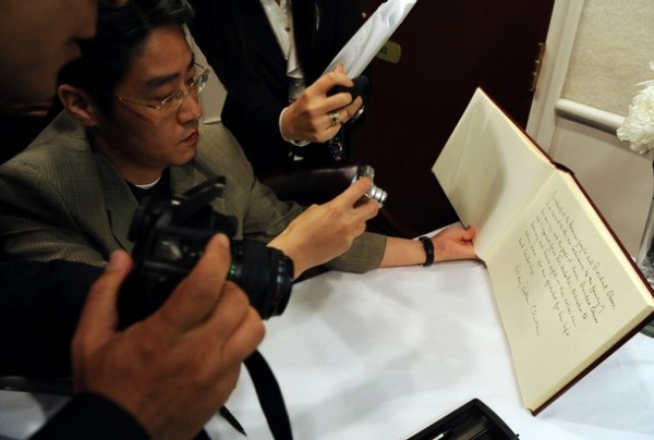 Photographers take pictures of Sec'y Clinton's condolence message