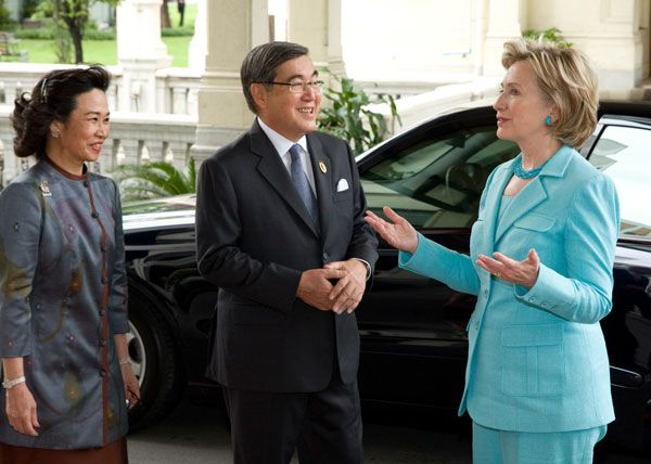Secretary Clinton with Lt. Gen. Supriya and Mrs. Mokkhavesa at Phyathai Palace