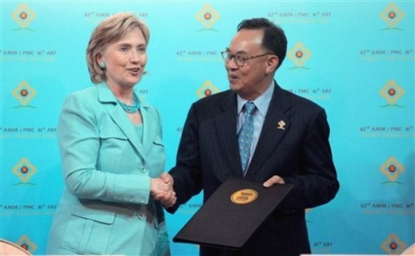 Secretary Clinton and FM Kasit Piromya of Thailand during signing of Treaty of Amity and Cooperation by Foreign Ministers of ASEAN(Photo AP/Pornchai Kittiwongsakul)