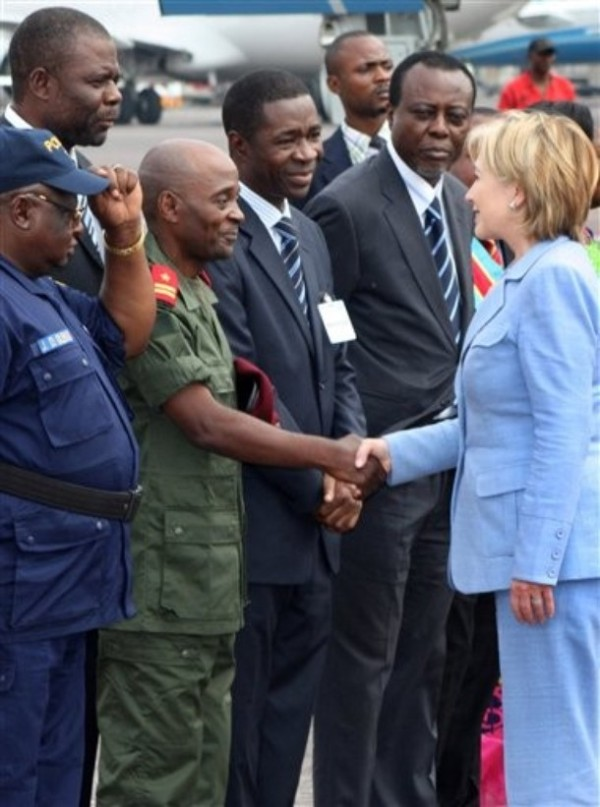 Secy Clinton meets members of the govt as she arrives at the airport in Kinshasa, Congo, August 10, 2009(AP Photo/Etienne Kokolo)